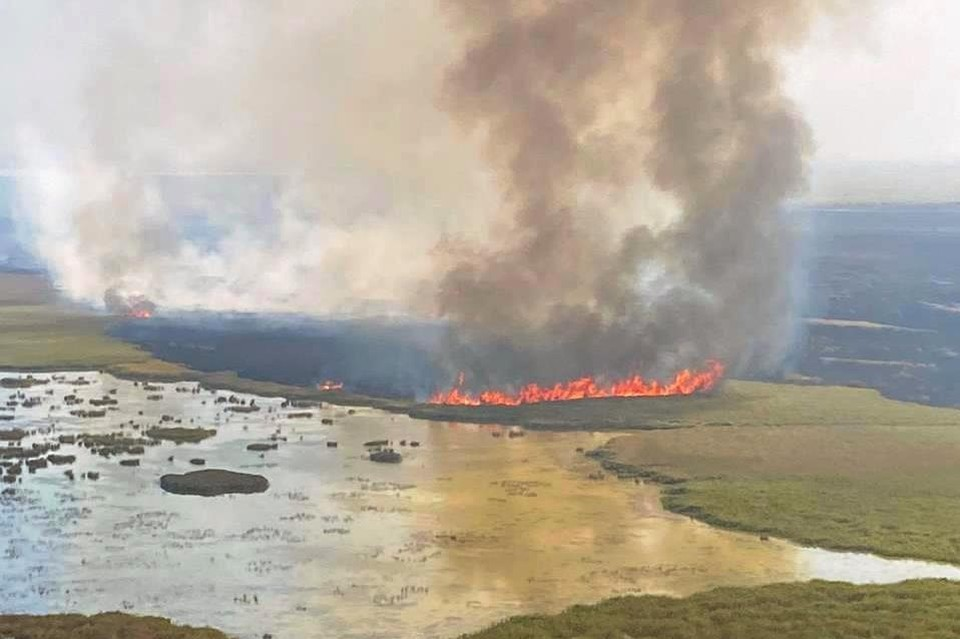 Вот так огненная стихия выглядит из кабины вертолета. Фото: ГУ МЧС по Краснодарскому краю.