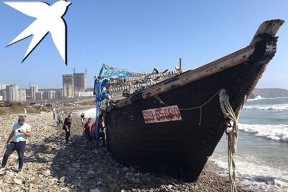Северокорейскую шхуну выкинуло на берег во Владивостоке