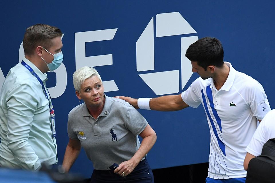 Джокович в сердцах не глядя ударил в сторону от сетки. Мяча попал в линейного арбитра