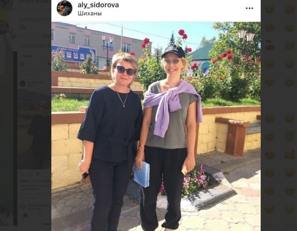 Ксения Собчак с поклонницей из местной администрации на улице в Шиханах. Фото соцсетей