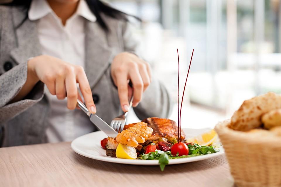 Налегать в первую очередь надо на животный белок: мясо, рыбу, яйца, молочные продукты
