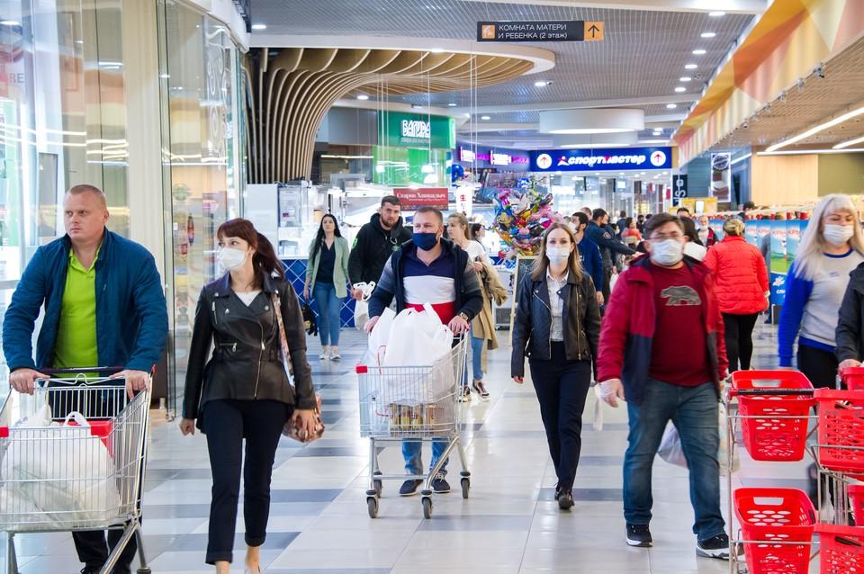После снятия карантина торговые центры в городах переполнены.