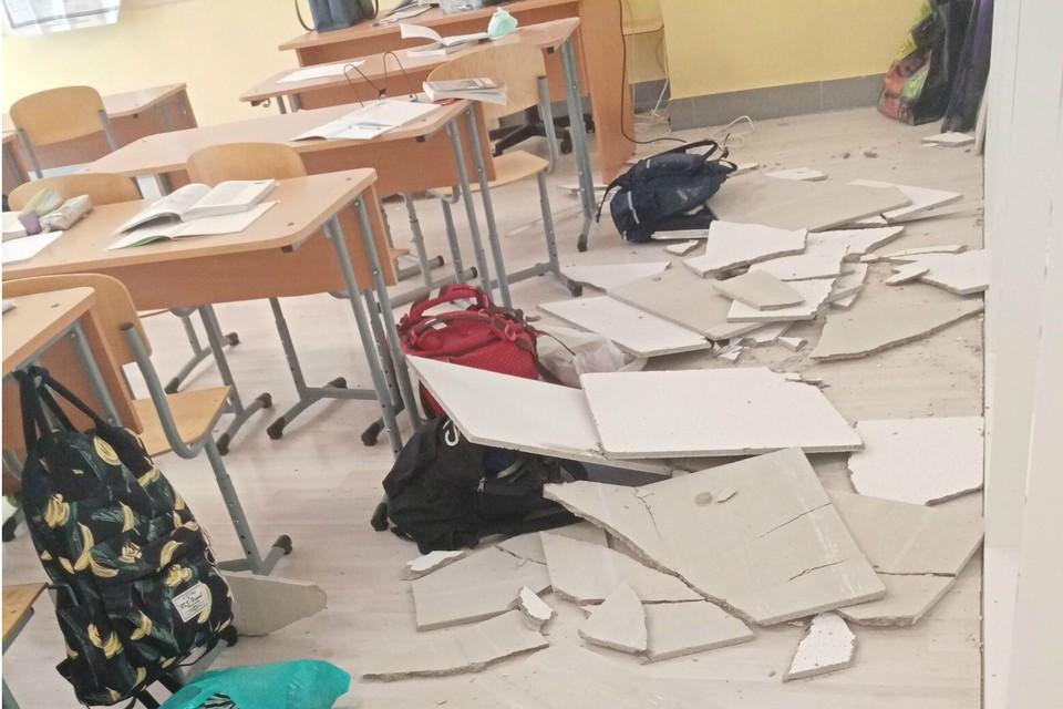 Потолок сдуло во время проветривания класса. Фото: vk.com/spb_today
