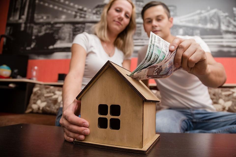Сейчас, по данным аналитического центра ДОМ.РФ, примерно 80% продаж квартир в новостройках идет по программе льготной ипотеки под 6,5%. Но программа заканчивается 1 ноября.