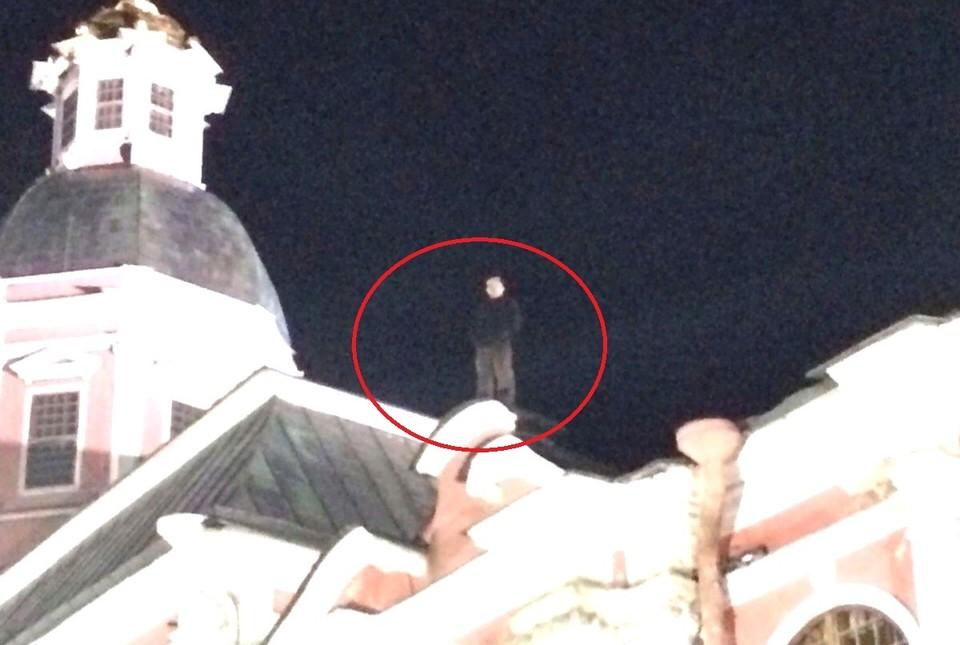 Мужчина забрался на крышу лавры