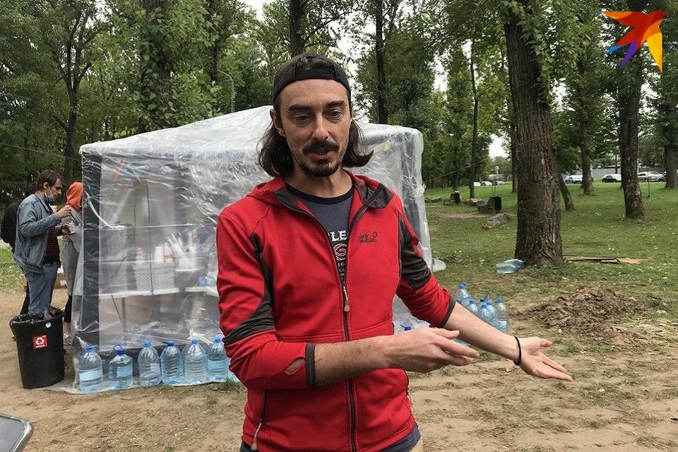 Денис Дудинский у волонтерского лагеря на улице Окрестина. Заросший, но не утративший чувства юмора.