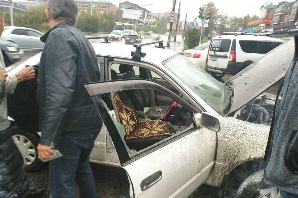 очевидцам пришлось разбить окно в машине, чтобы спасти водителя. Фото: ГУ МЧС России по Иркутской области