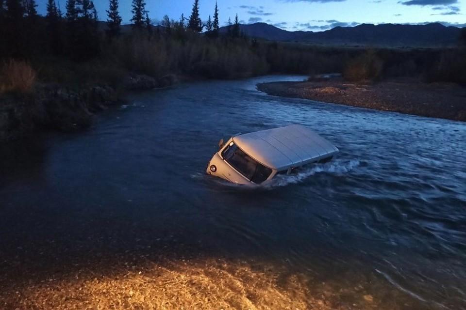 Машина застряла посреди реки Фото: МВД Тувы