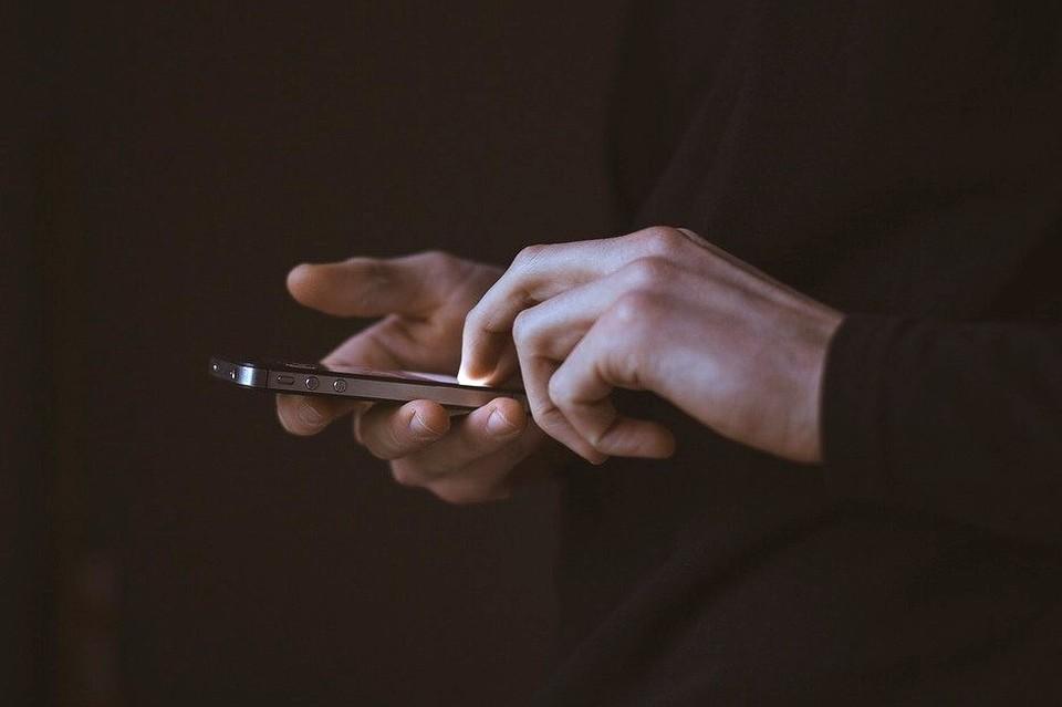 С помощью мобильного телефона преступник похитил с чужого счета 700 тысяч рублей