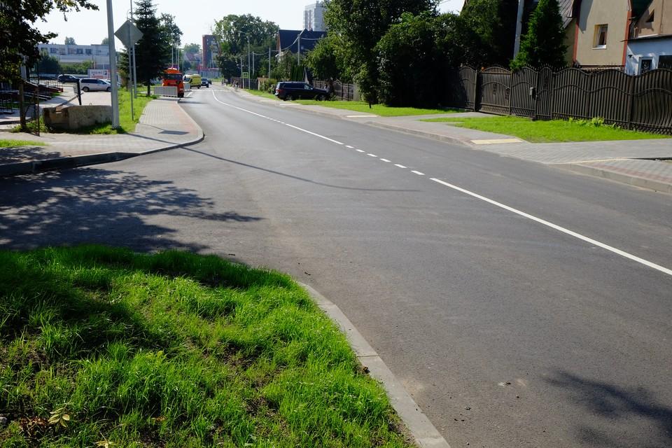 Чтобы пройти вдоль этой довольно короткой улицы от торгового центра «Запад 39» до улицы Гагарина, придется пересечь проезжую часть трижды, так как тротуар постоянно прерывается. Это притом, что по обеим сторонам улицы вполне достаточно места для его строительства.