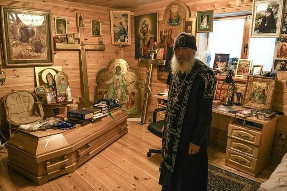 Чем украшена келья опального отца Сергия. Фото: URA.RU/TASS.