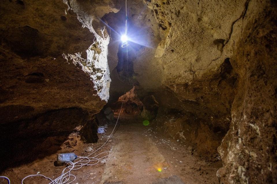 Рабочие ежедневно продвигают вглубь пещеры на 5 метров. Фото: Пресс-служба КФУ
