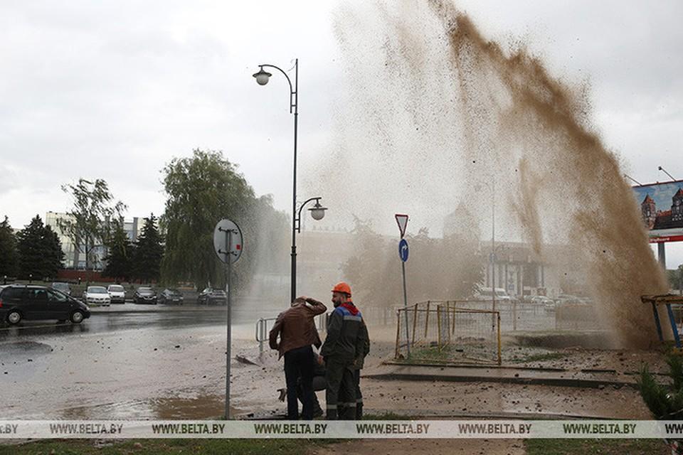 В Гродно прорвало трубу. Фото: БелТА