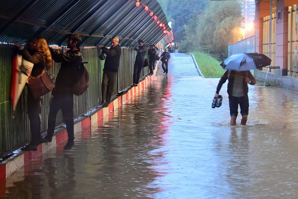 С подтоплениями по всему городу сейчас борются бригады «Мосводостока»