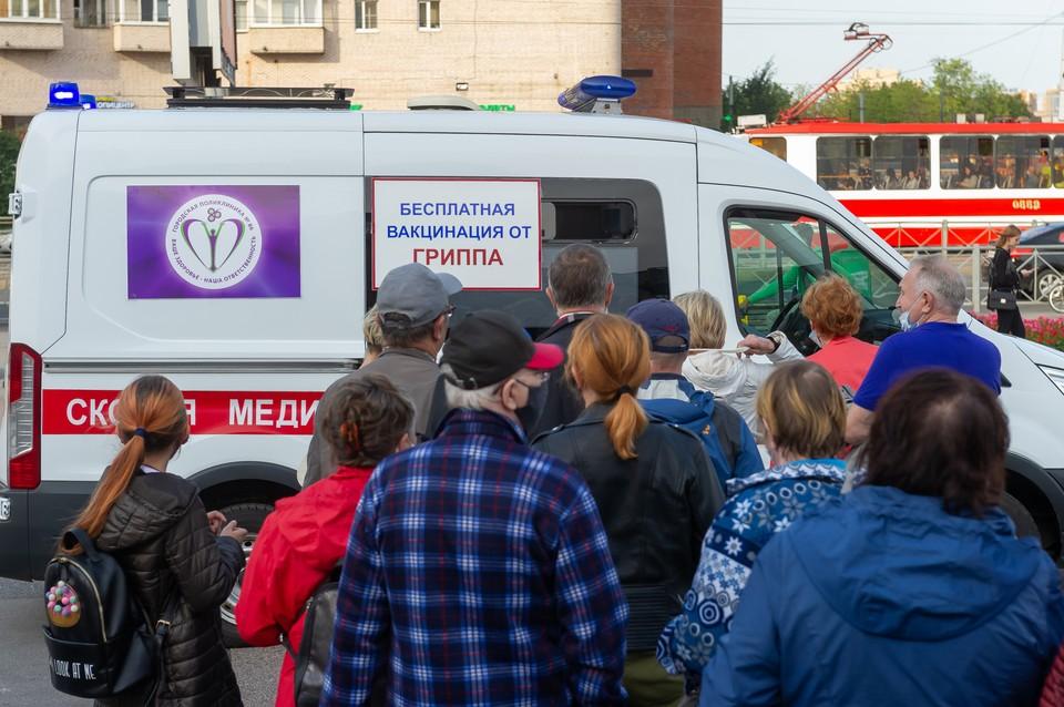 За три недели привились более 640 тысяч петербуржцев