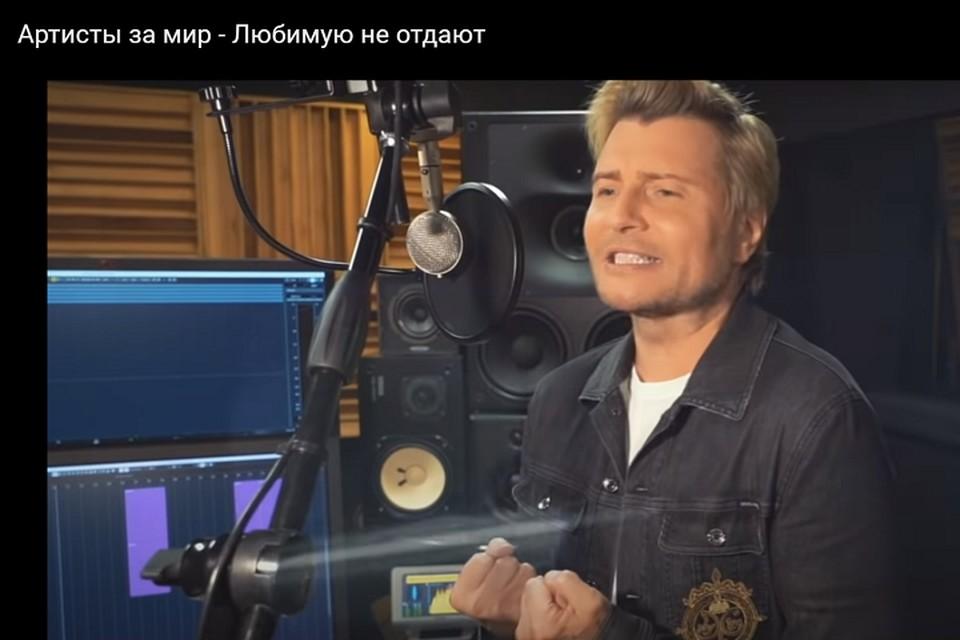 """Николай Басков поет: """"Любимую не отдают"""". Фото: скриншот видео."""