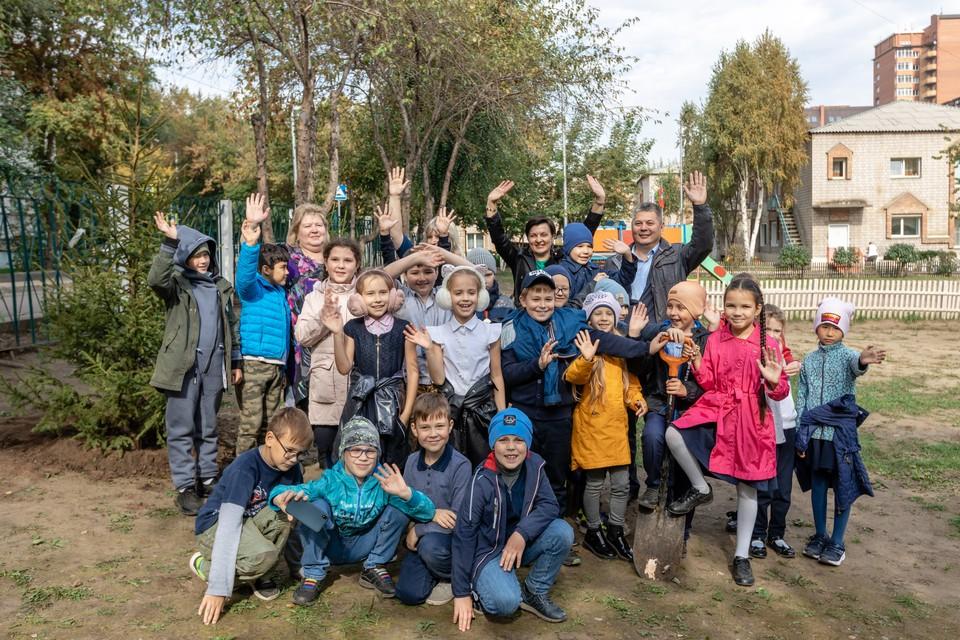 """Ученики 2б класса посадили двухметровые саженцы елей. Фото: компания """"КРК"""""""