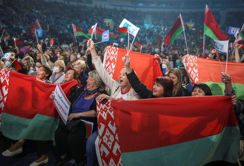"""Люди приветствуют Лукашенко на """"Минск-арене""""."""