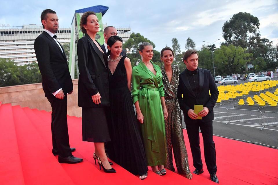 Оксана Фандера (в зеленом платье)