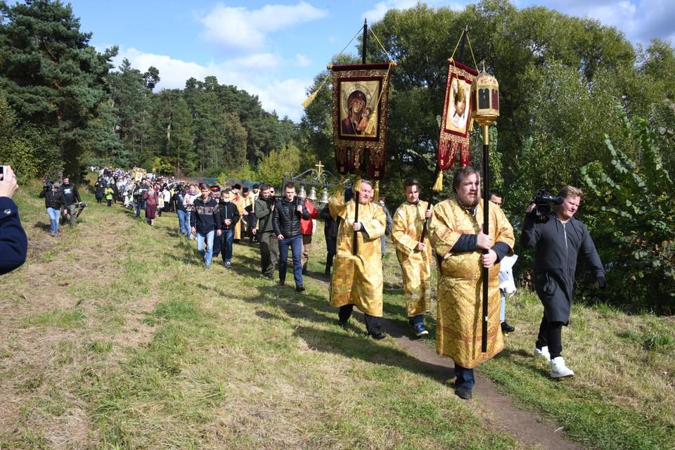 Верующие прошли около 6 километров из села Ильинское к храму в Усово