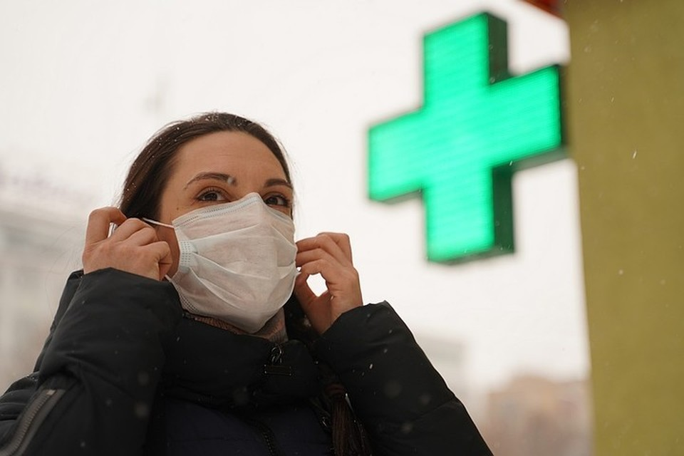 Маска снижает риск заражения инфекциями почти в два раза, заявил Роспотребнадзор