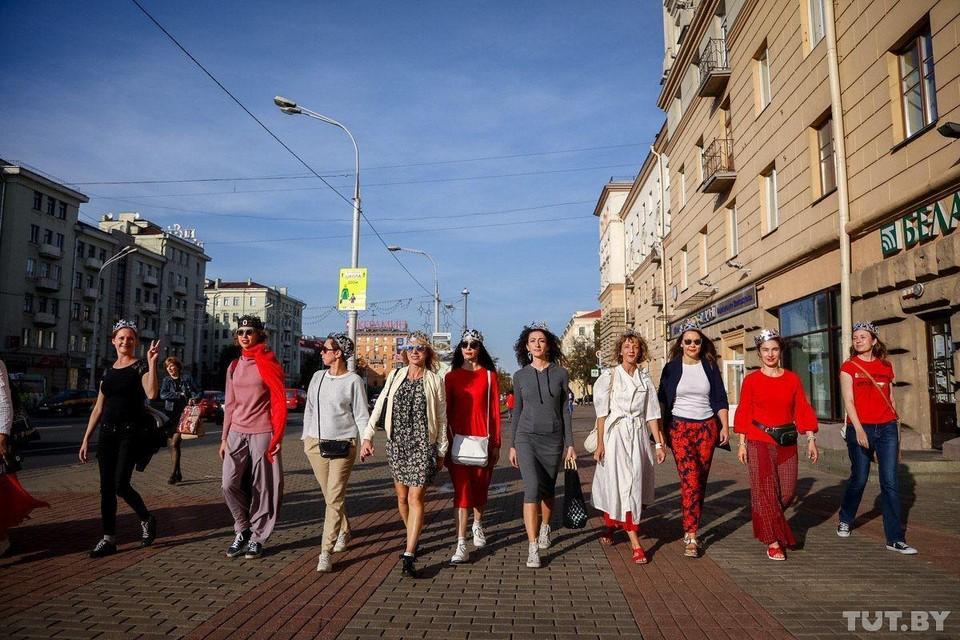 На проспекте Независимости стартовала прогулка девушек в коронах. Фото: Фото: Ольга Шукайло, TUT.BY