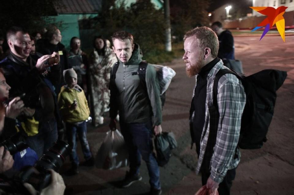 Первые минуты на свободе фотожурналистов после задержания