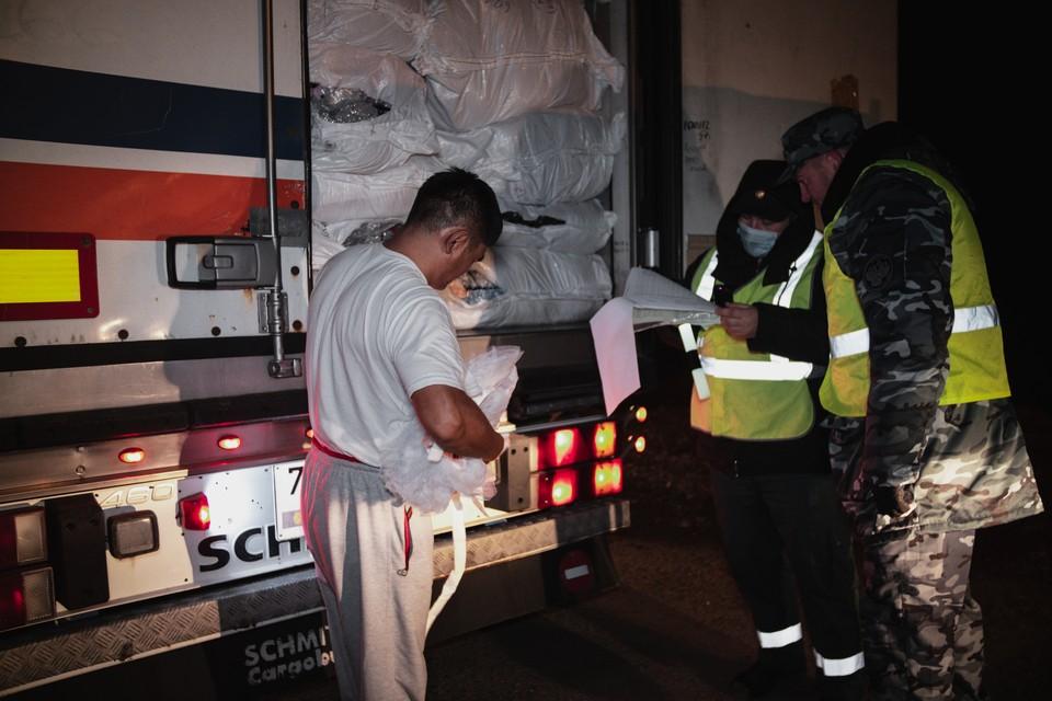 В ночи в Самарскую область пытаются ввезти контрафакт. Фото: Евгений Нектаркин