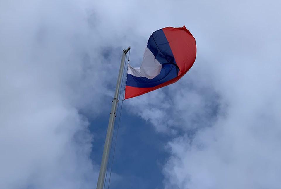 Двое мужчин украли флаг России