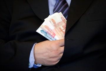 «Люди не видят смысла отчислять на пенсию»: экономист объяснил резкий взлет серых зарплат в стране