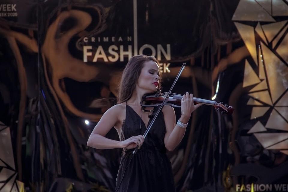 Вечер украсила харизматичная скрипачка Наталья Попова. Фото: Ксения Попова