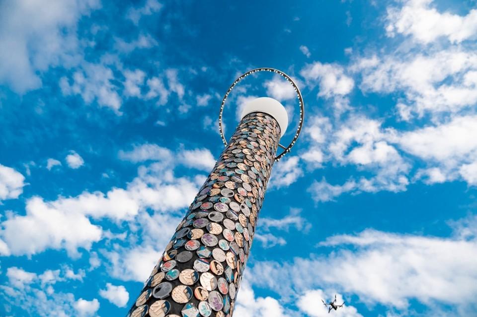 """Колонна """"нулевого километра"""" украшена сотнями медалей. Фото: предоставлено организаторами"""