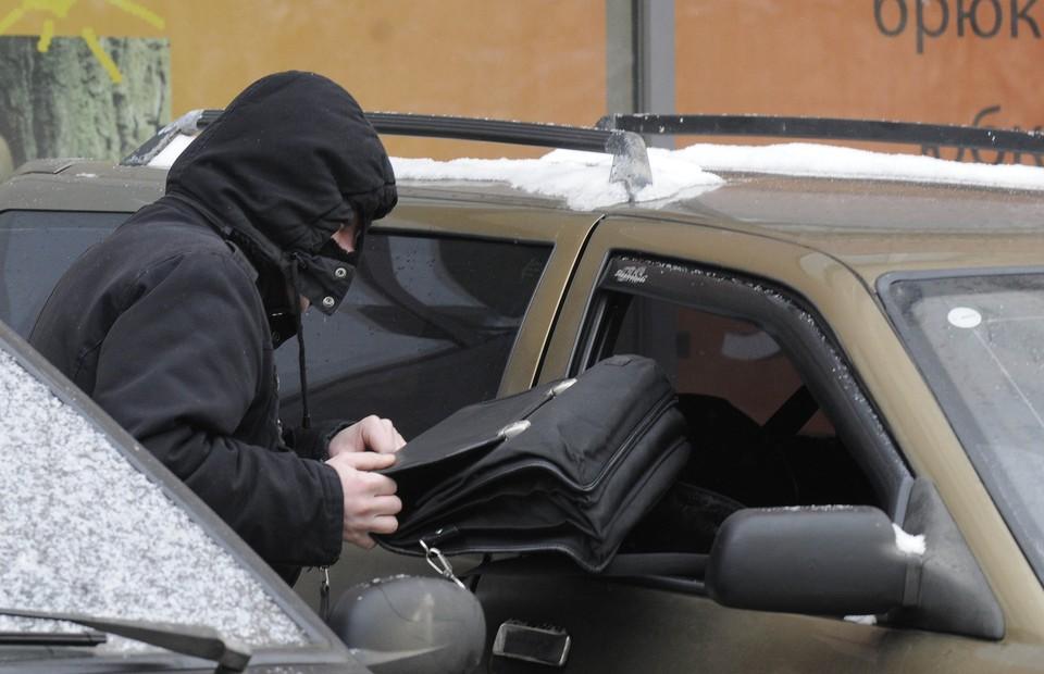 Силовики напоминают, чтобы не оказаться в такой ситуации, выходя из машины даже ненадолго, забирайте ценные вещи.