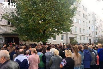 «Девочку очень жаль, силы родным!»: Больше сотни человек пришли на прощание с убитой 9-летней девочкой из Нижнего Новгорода