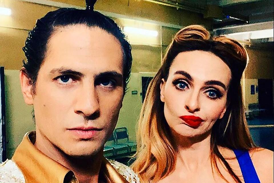 У Александра Молочникова и его подруги Екатерины Варнавы премьера перенеслась из-за коронавируса на 6 октября.