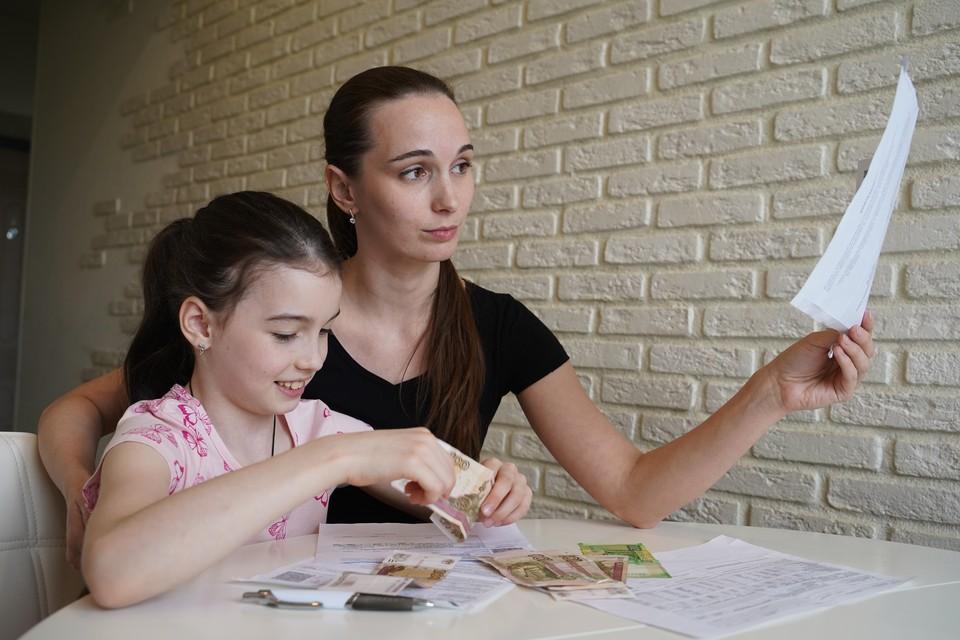 Нуждающимся семьям с детьми от 3 до 7 лет ежемесячно на каждого ребенка выплачивают сумму, равную половине регионального детского прожиточного минимума.