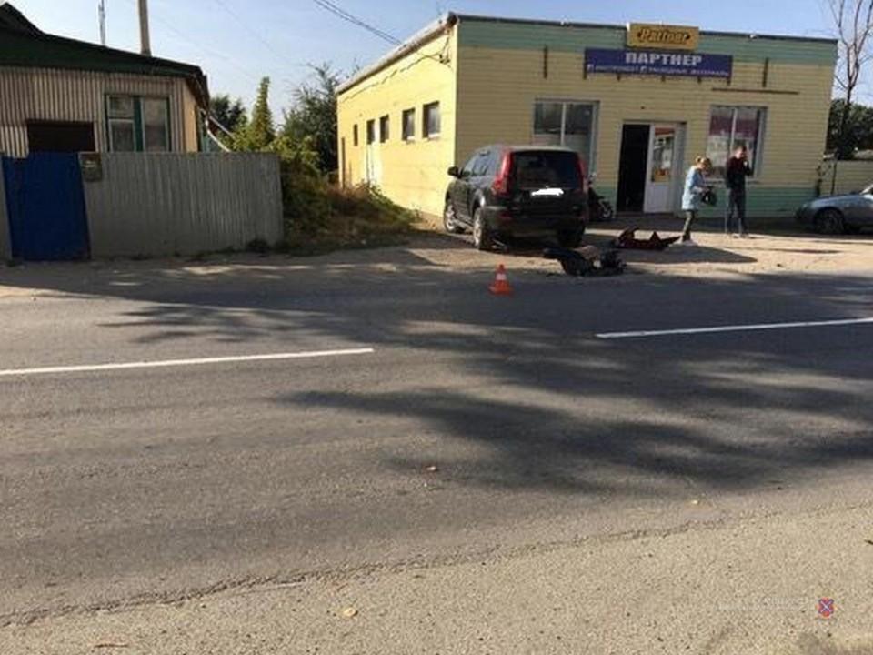 Во Фроловском районе внедорожник не пропустил мопед, в результате мужчину увезли в больницу.