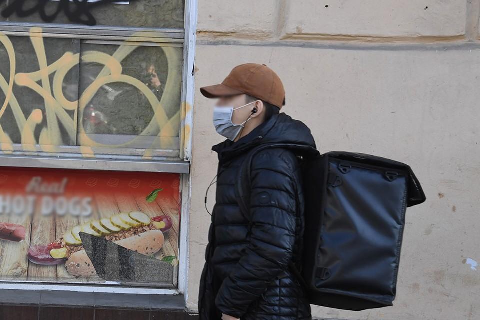 Голодный прохожий отобрал хинкали у доставщика еды в Красноярске. Фото: соцсети.