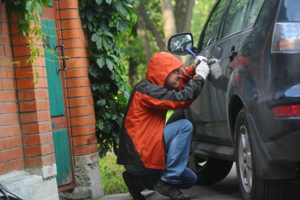 Когда 34-летний сахалинец пришел за машиной, опешил - на авто были повреждения