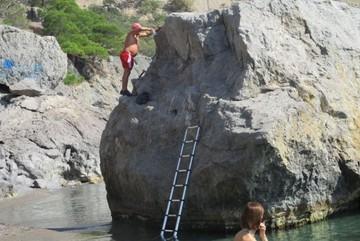 В Крыму турист назвал скалу своим именем, прибив к ней металлическую табличку