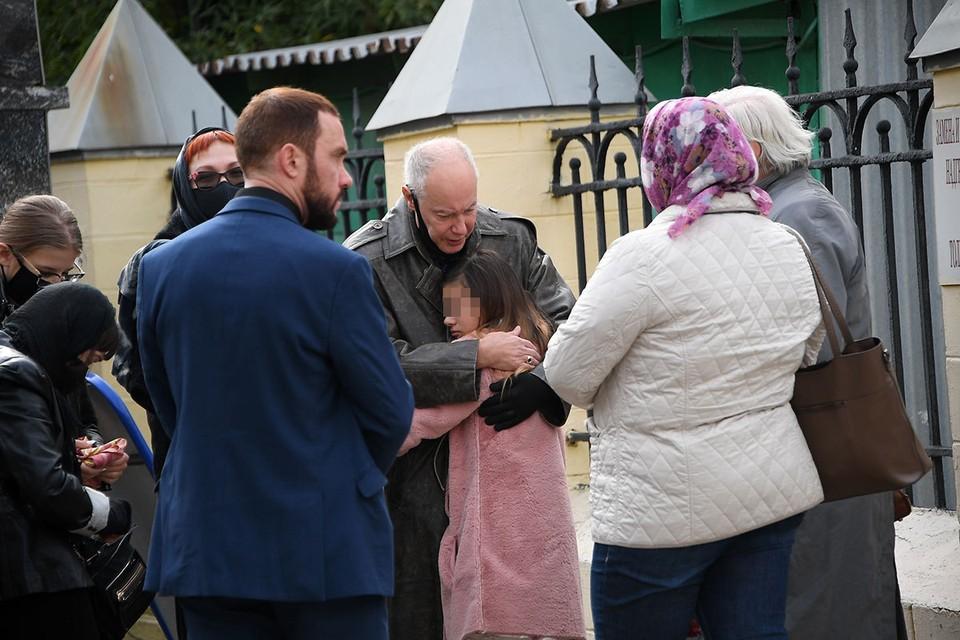Владимир Конкин на похоронах обнимает внучку. А Михаил (он на фото в строгом костюме) хоть и стоит недалеко, но не подходит к семье.