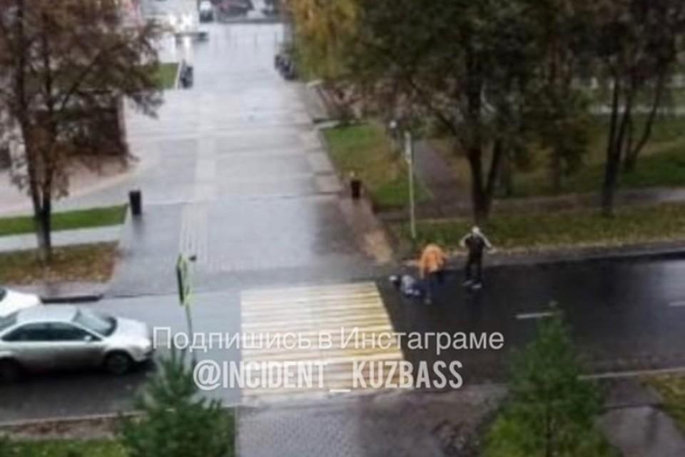 """Автомобилист сбил пешехода и врезался в иномарку в Кемерове. ФОТО: vk.com, """"Инцидент Кузбасс"""""""