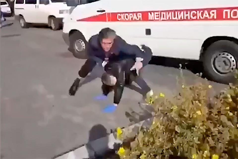 Экс-адвокат Ефремова подрался с обидчиком.