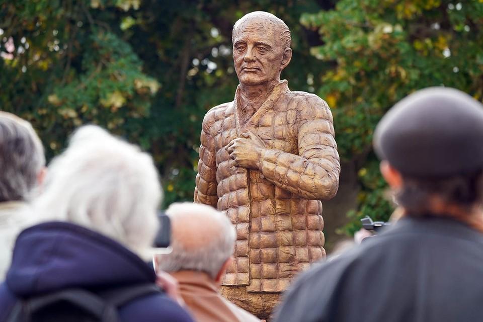 В городе Дессау-Рослау последнему генсеку СССР был открыт памятник.