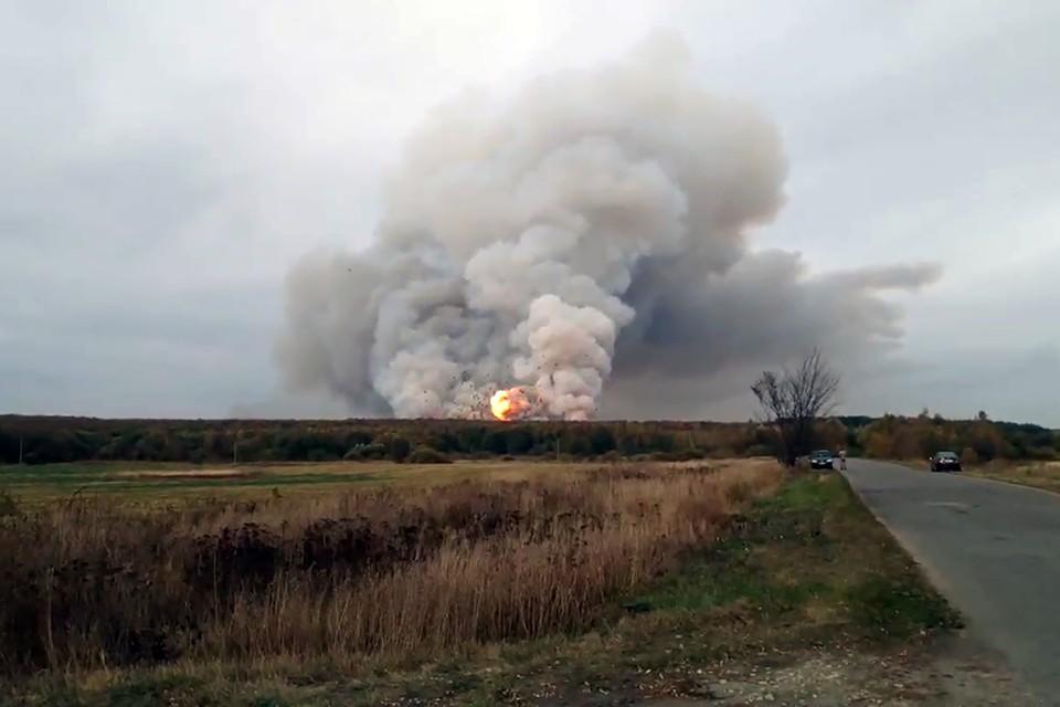 Рязанская область. Шелемишево. Пожар на складе боеприпасов возле поселка Желтухино. Фото: Елена Скобельцына/ТАСС