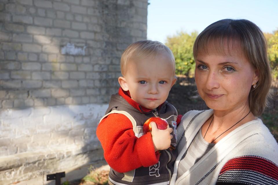Жительница прифронтового села Ясное с сыном. В Донбассе выросли и пошли в школу дети, не знающие мира