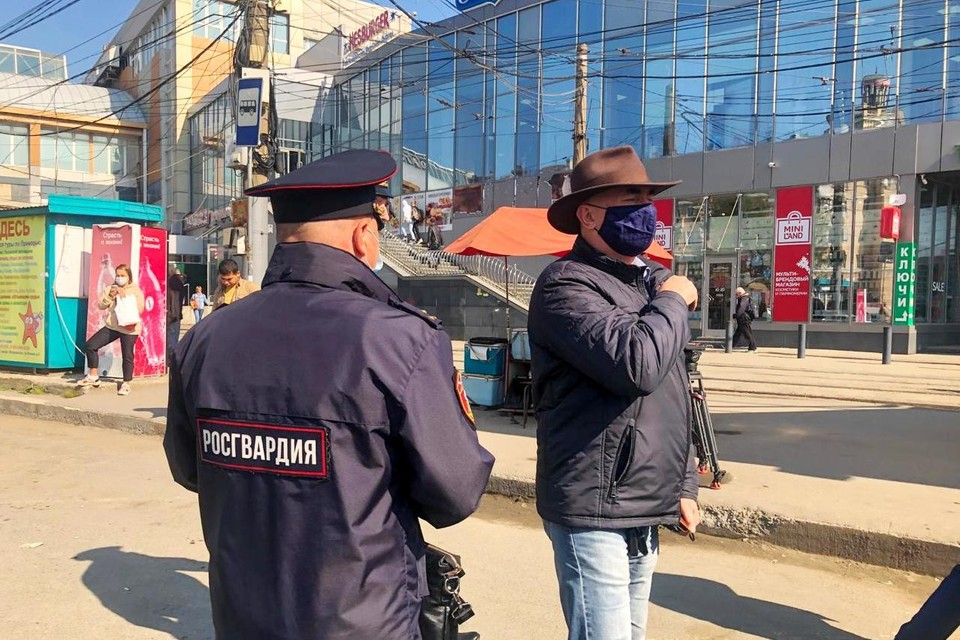Масочный рейд: во Владивостоке спецкомиссия нагрянула в автобусы и кафе на площади Луговая