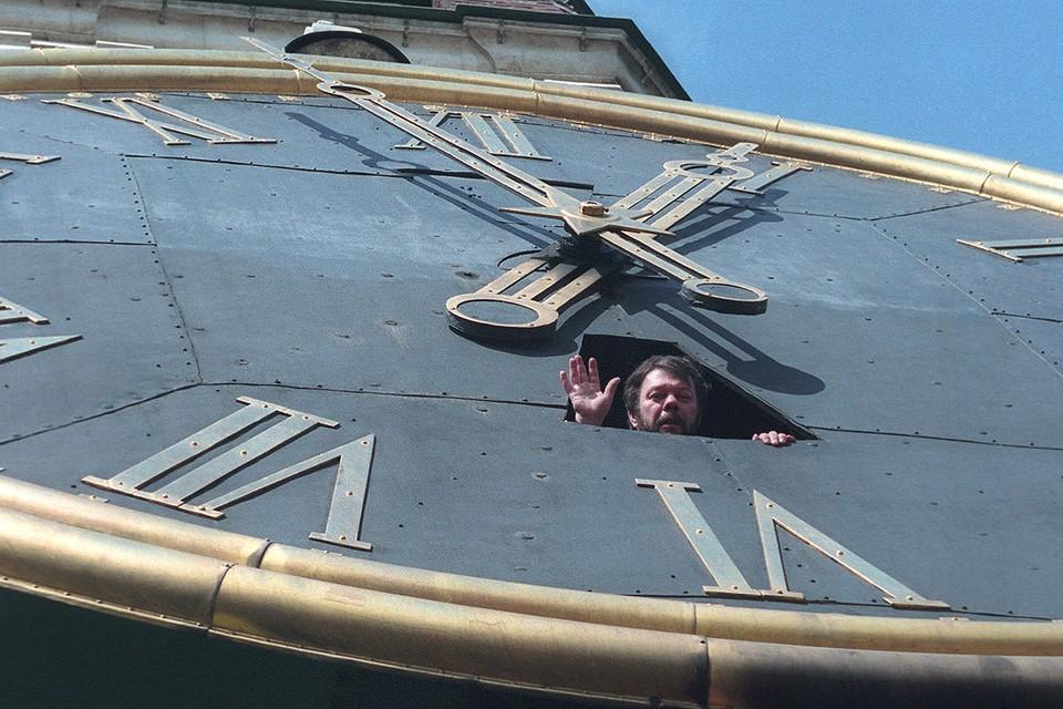 Александр Гамов выглядывает из циферблата Курантов.