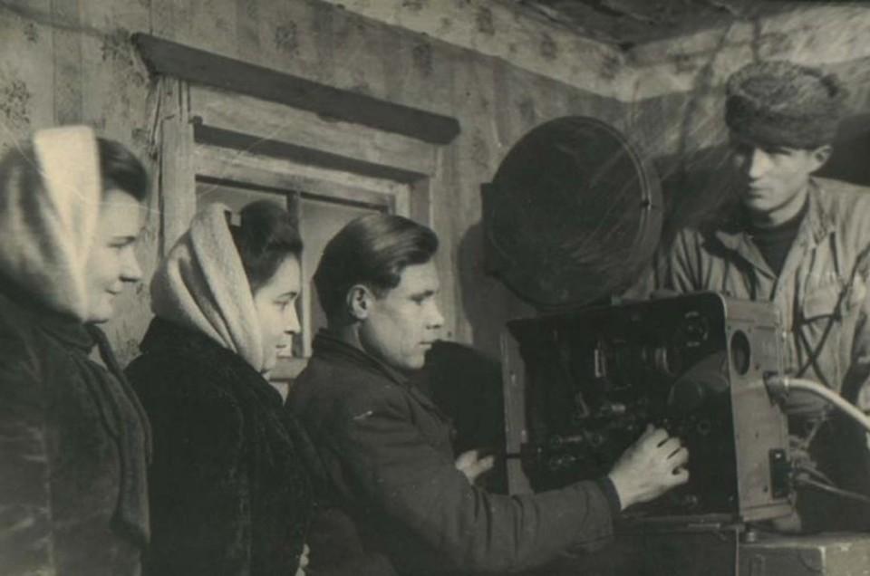 В советские времена по деревням и селам ездили кинопередвижки с кинопроекторами и крутили фильмы. Фото: Автор неизвестен. Из семейного архива В.Н. Притчина/m.russiainphoto.ru