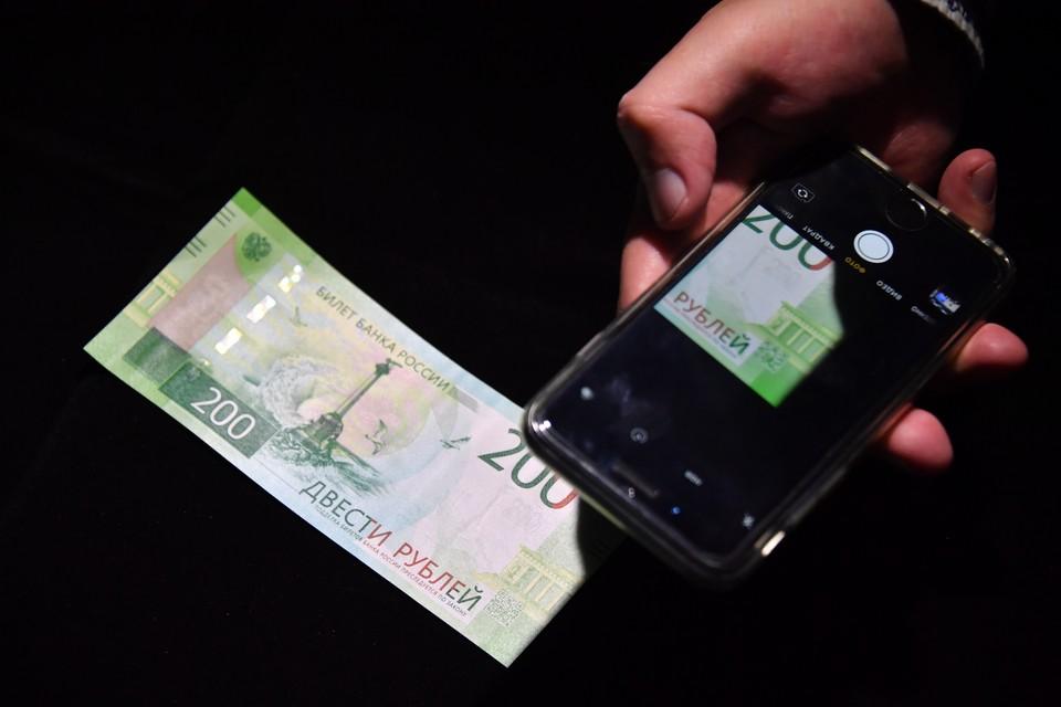 Назван «срок жизни» коронавируса на банкнотах и смартфонах